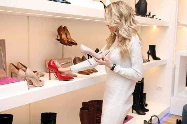 سيدة تختار حذاء- موضة أحذية شتاء 2020