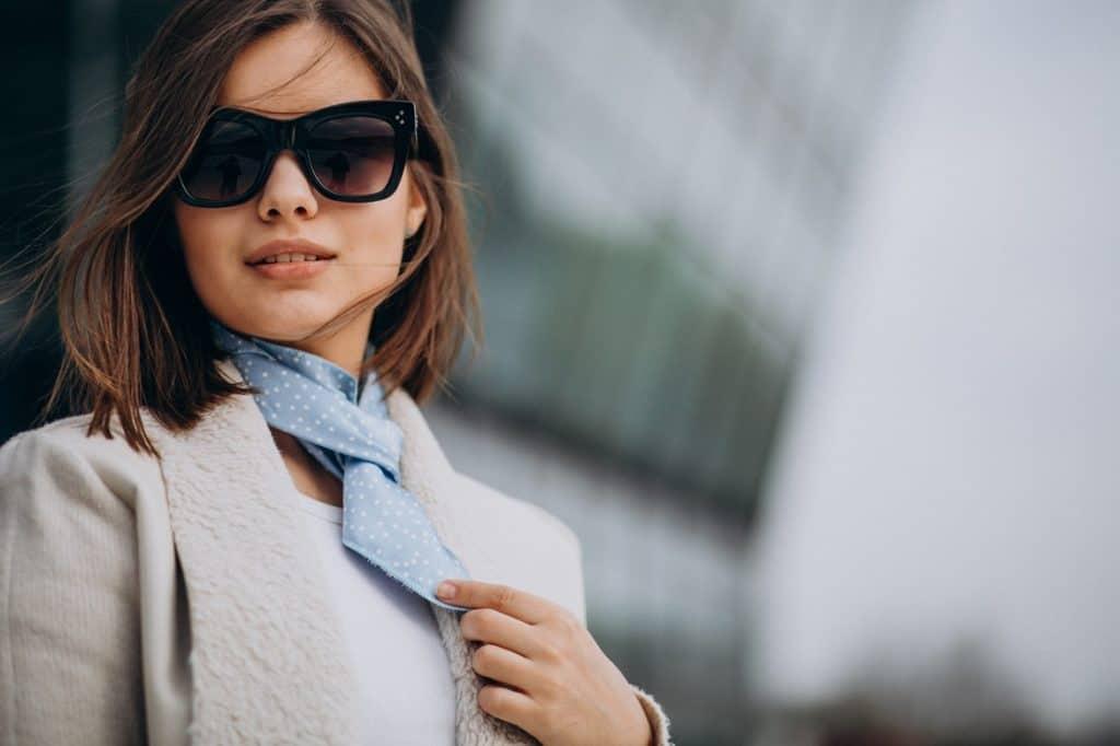 سيدة ترتدي نظارة الشمس